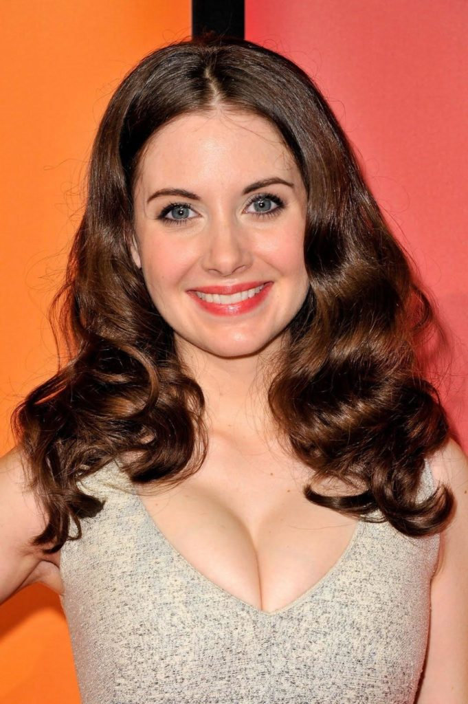 Alison Brie Braless Images