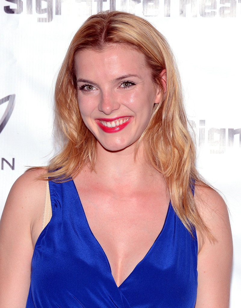 Betty Gilpin Boobs Photos