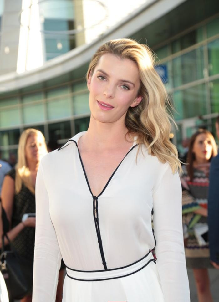 Betty Gilpin Butt Wallpapers