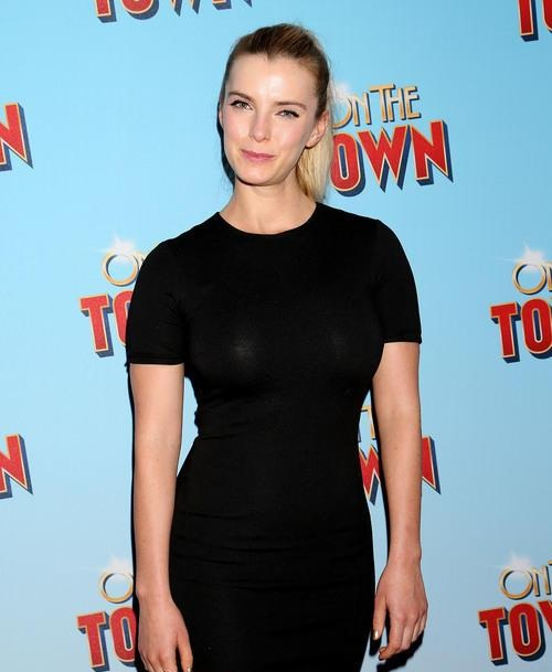 Betty Gilpin Smileing Images