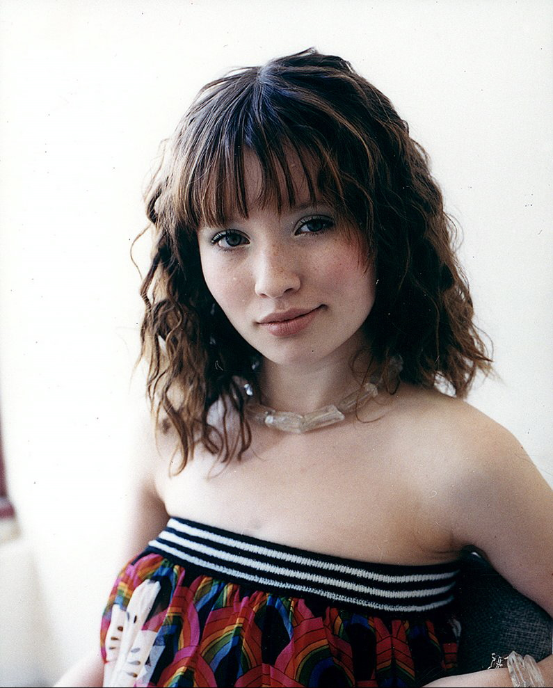Emily Browning Cute Look Photos