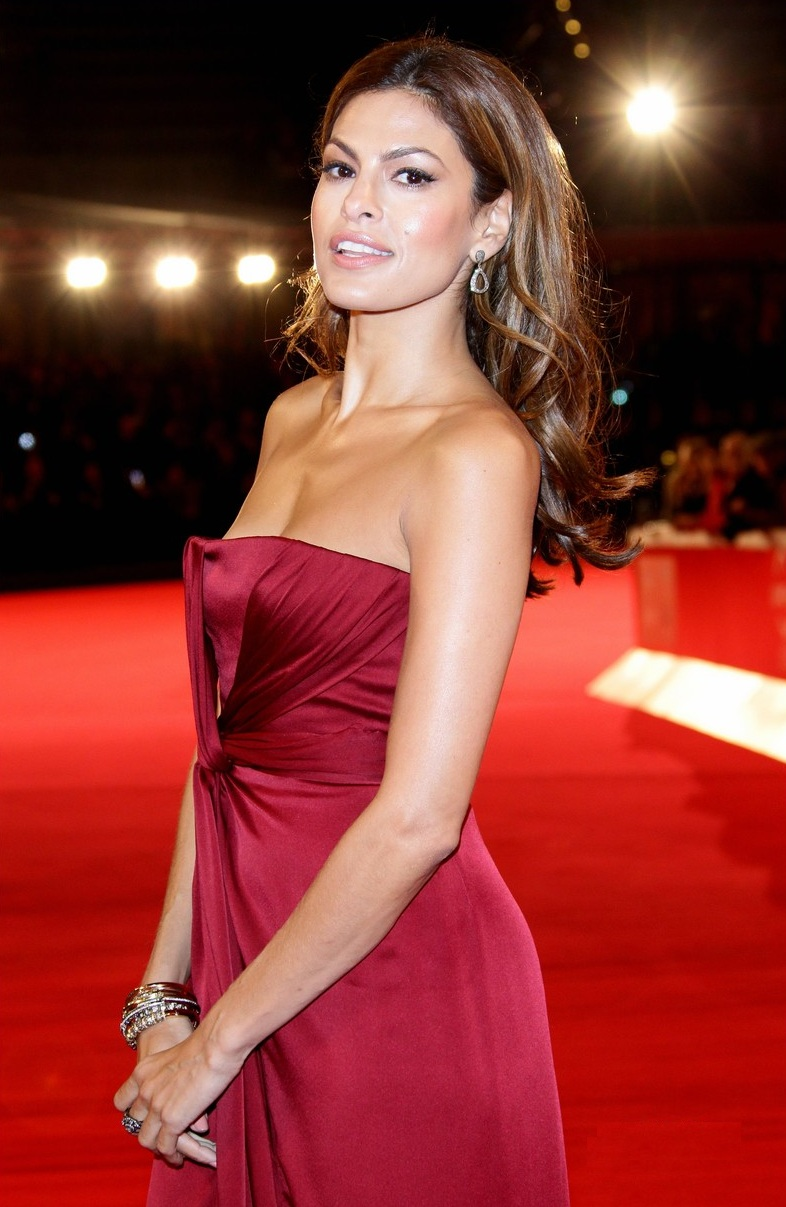 49 photos with sexy legs of Eva Mendes will make you drool