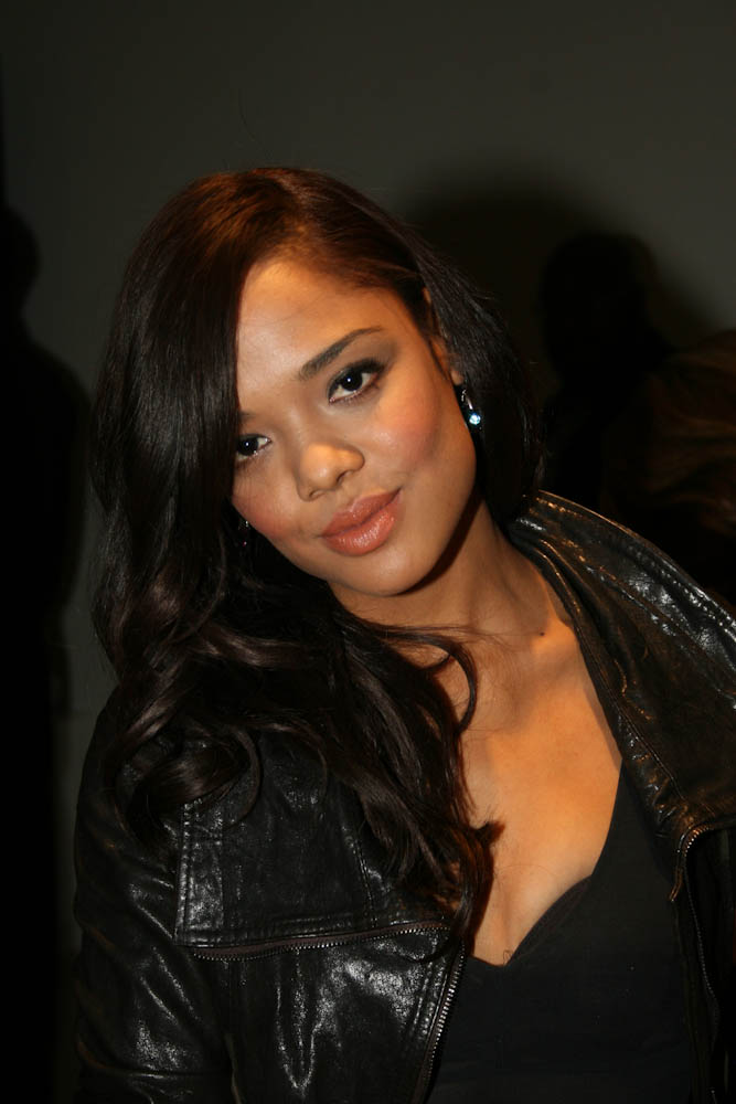 Tessa Thompson Cleavage Photos