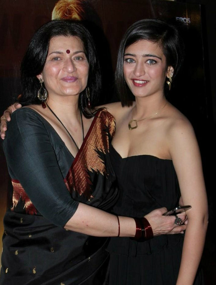 Akshara Haasan Hot Pics With Mother