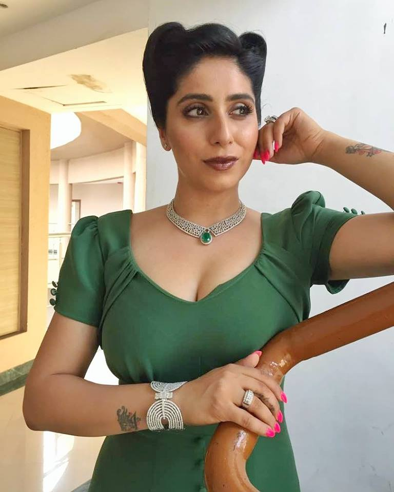 Neha Bhasin Topless Images